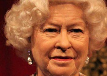La Reine abdique, le prince William couronné roi d'Angleterre à la place de son père !
